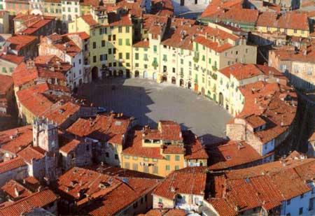 lucca Piazza Anfiteatro